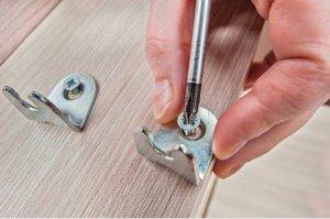 wood-screw-manually